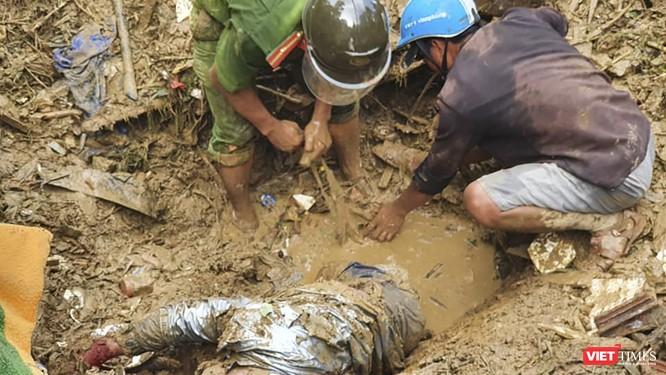 Video clip tìm thấy thêm một thi thể tại thảm họa lở núi Trà Leng ảnh 1