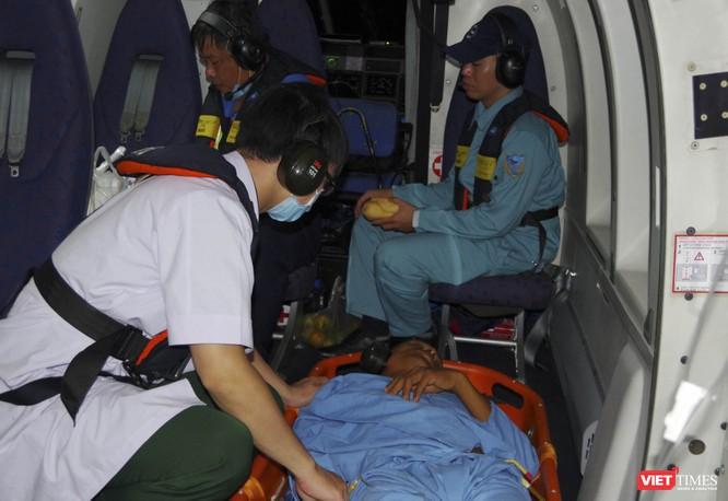 Đưa bệnh nhân cấp cứu từ Trường Sa về đất liền an toàn để kịp thời phẫu thuật ảnh 2