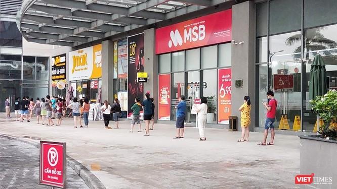 TP.HCM: Người dân đi rút tiền chợ, chở thực phẩm có vi phạm Chỉ thị 16? ảnh 2