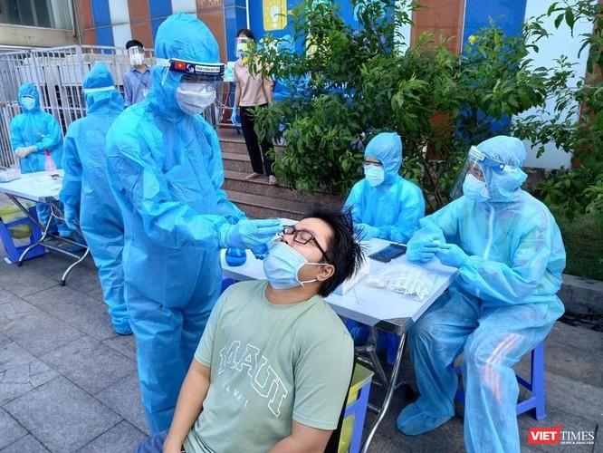TP.HCM: Đi từng ngõ hẻm quận Tân Phú lấy mẫu xét nghiệm COVID-19 ảnh 1