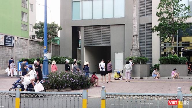 TP.HCM: Người dân xếp hàng dài dằng dặc trước cửa các siêu thị và nhà thuốc ảnh 2