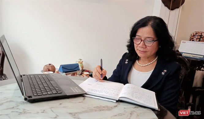TS Trần Thị Dung làm việc tại nhà riêng