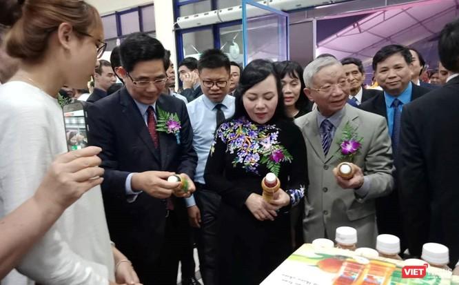 Bộ trưởng Bộ Y tế Nguyễn Thị Kim Tiến cùng đoàn đại biểu thăm quan các gian hàng tại hội chợ