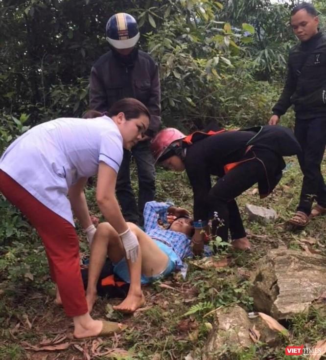 Hộ lý Nguyễn Thị Mẫn hỗ trợ bác sĩ cứu sản phụ Hoàng Thị Giàng đẻ rơi