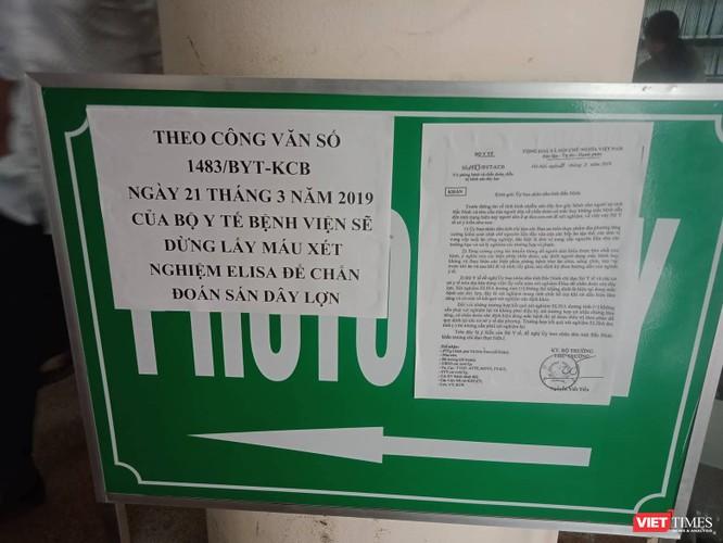 Dòng thông báo dán tại cửa tiếp đón của Bệnh viện Bệnh nhiệt đới Trung ương