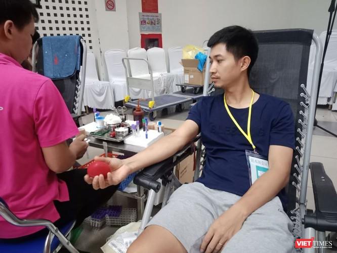 Mặc trời nóng nực, người dân Hà Nội rủ nhau đi hiến máu ảnh 4