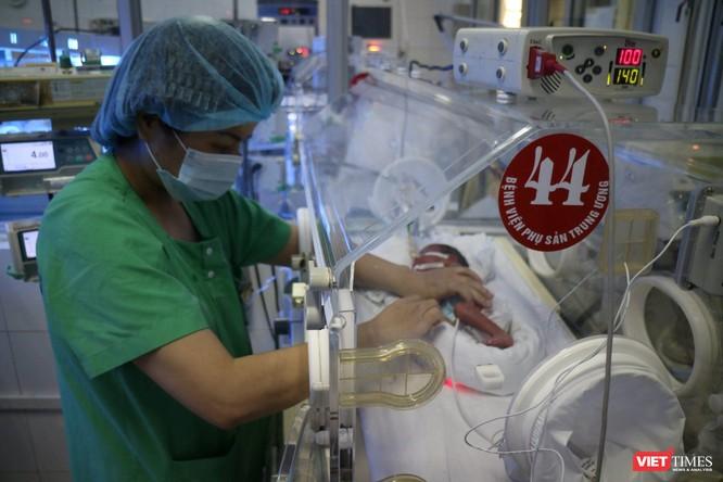 Bác sĩ của Bệnh viện Phụ sản Trung ương chăm sóc cho bé Bình An