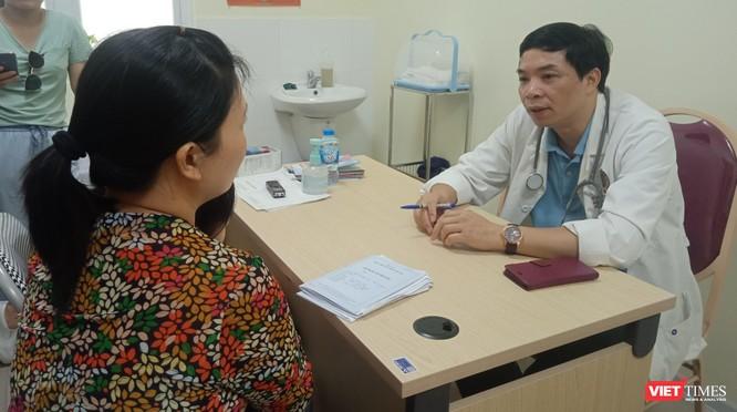Người dân Hà Nội đội nắng đi khám bệnh đường tiêu hóa ảnh 1