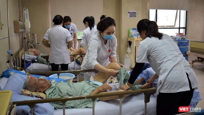 Tri ân, tắm gội, tặng suất ăn miễn phí cho hàng trăm người bệnh ảnh 3