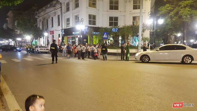 Tổng thống Trump đến Hà Nội, người dân đổ ra đường chào đón ảnh 2