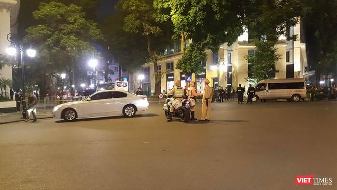 Tổng thống Trump đến Hà Nội, người dân đổ ra đường chào đón ảnh 3