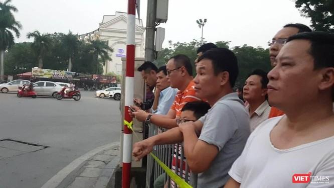 Tổng thống Trump đến Hà Nội, người dân đổ ra đường chào đón ảnh 9