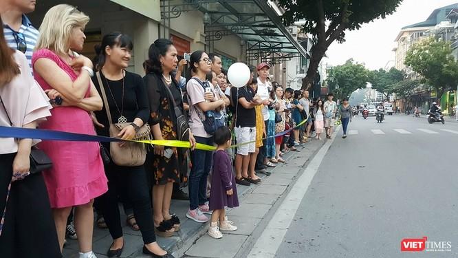 Tổng thống Trump đến Hà Nội, người dân đổ ra đường chào đón ảnh 8