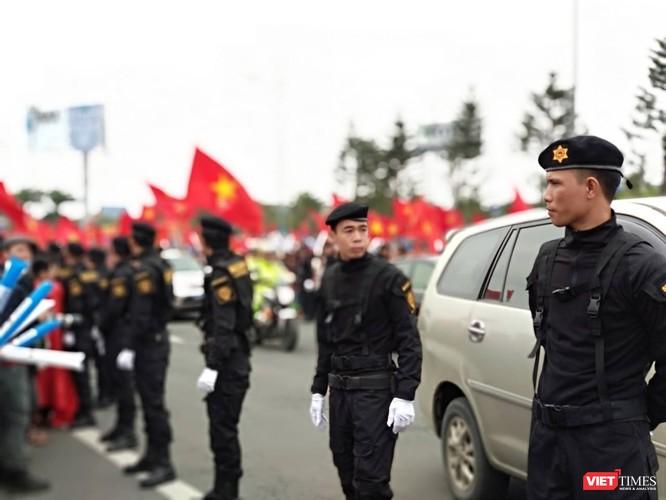 Hàng vạn người đội mưa rét, đứng dọc 30km đón mừng U23 Việt Nam ảnh 8