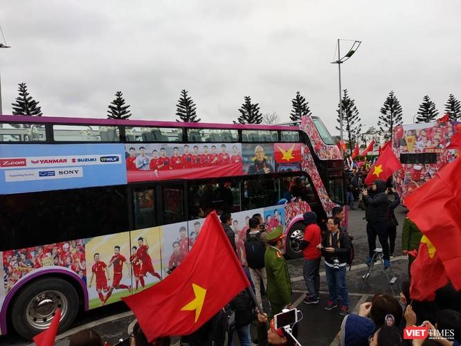 Hàng vạn người đội mưa rét, đứng dọc 30km đón mừng U23 Việt Nam ảnh 9