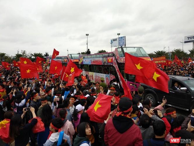 Hàng vạn người đội mưa rét, đứng dọc 30km đón mừng U23 Việt Nam ảnh 10