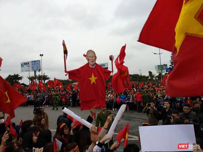 Hàng vạn người đội mưa rét, đứng dọc 30km đón mừng U23 Việt Nam ảnh 11