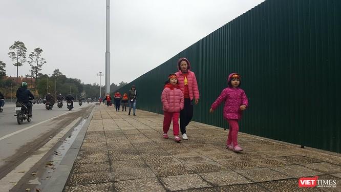Hàng vạn người đội mưa rét, đứng dọc 30km đón mừng U23 Việt Nam ảnh 13
