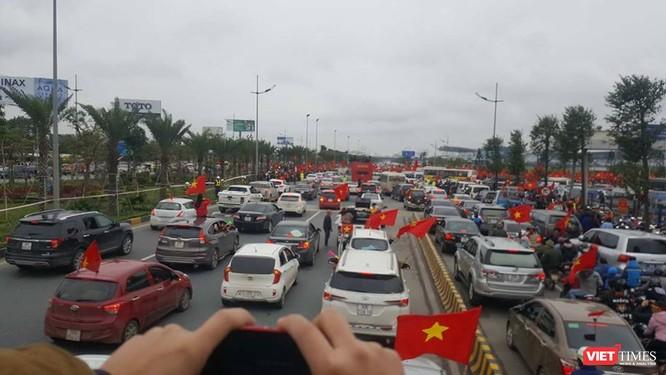 Hàng vạn người đội mưa rét, đứng dọc 30km đón mừng U23 Việt Nam ảnh 14