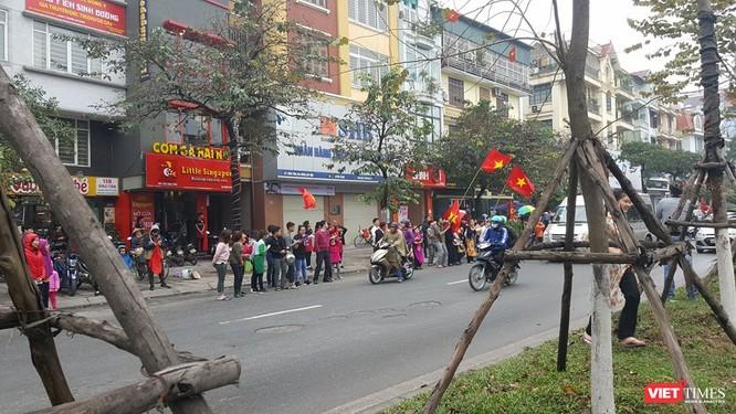 Hàng vạn người đội mưa rét, đứng dọc 30km đón mừng U23 Việt Nam ảnh 16