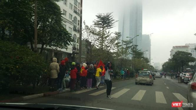 Hàng vạn người đội mưa rét, đứng dọc 30km đón mừng U23 Việt Nam ảnh 17