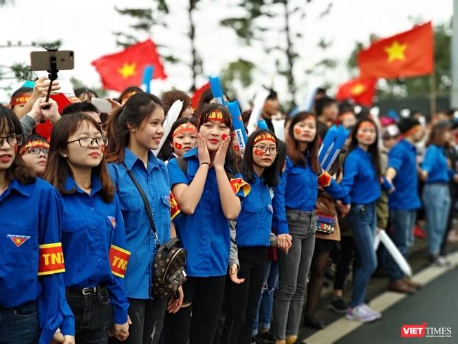 Hàng vạn người đội mưa rét, đứng dọc 30km đón mừng U23 Việt Nam ảnh 1
