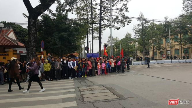 Hàng vạn người đội mưa rét, đứng dọc 30km đón mừng U23 Việt Nam ảnh 19