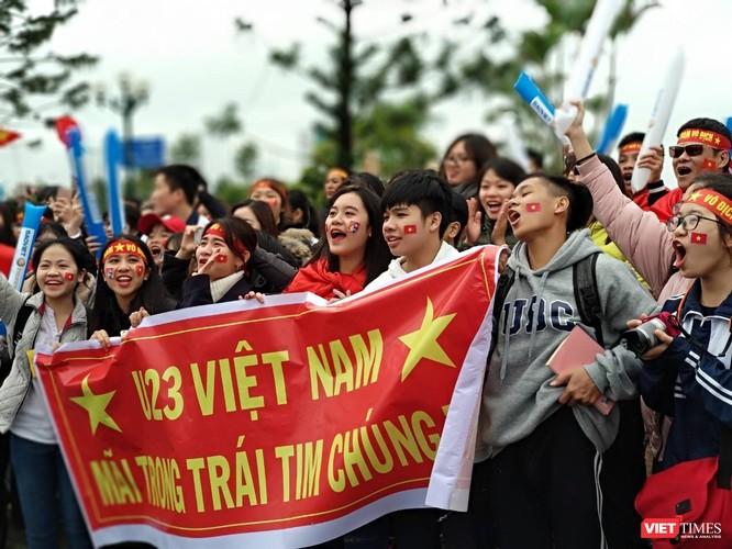 Hàng vạn người đội mưa rét, đứng dọc 30km đón mừng U23 Việt Nam ảnh 2