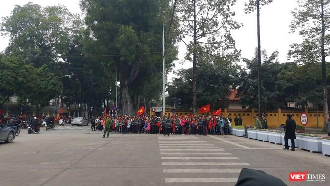 Hàng vạn người đội mưa rét, đứng dọc 30km đón mừng U23 Việt Nam ảnh 21
