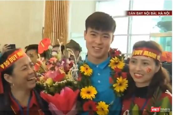 Lúc này, sân bay Nội Bài tràn ngập Hoa, tiếng hò reo, nụ cười và cả những giọt nước mắt.