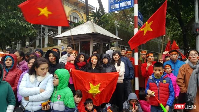 Hàng vạn người đội mưa rét, đứng dọc 30km đón mừng U23 Việt Nam ảnh 29