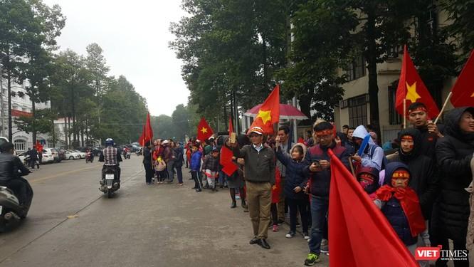 Hàng vạn người đội mưa rét, đứng dọc 30km đón mừng U23 Việt Nam ảnh 30