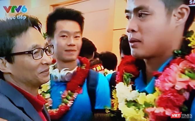 Hàng vạn người đội mưa rét, đứng dọc 30km đón mừng U23 Việt Nam ảnh 27