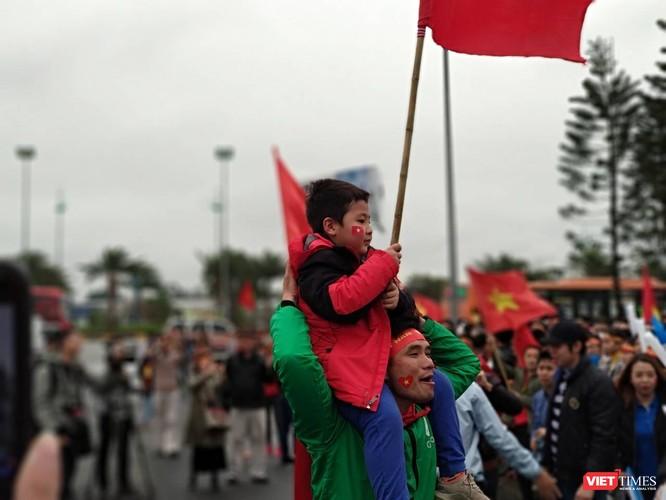 Hàng vạn người đội mưa rét, đứng dọc 30km đón mừng U23 Việt Nam ảnh 3