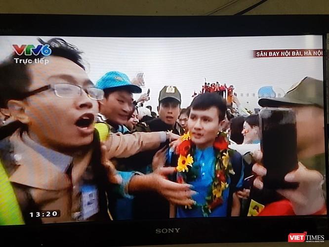 Hàng vạn người đội mưa rét, đứng dọc 30km đón mừng U23 Việt Nam ảnh 24