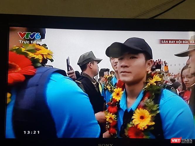 Hàng vạn người đội mưa rét, đứng dọc 30km đón mừng U23 Việt Nam ảnh 26