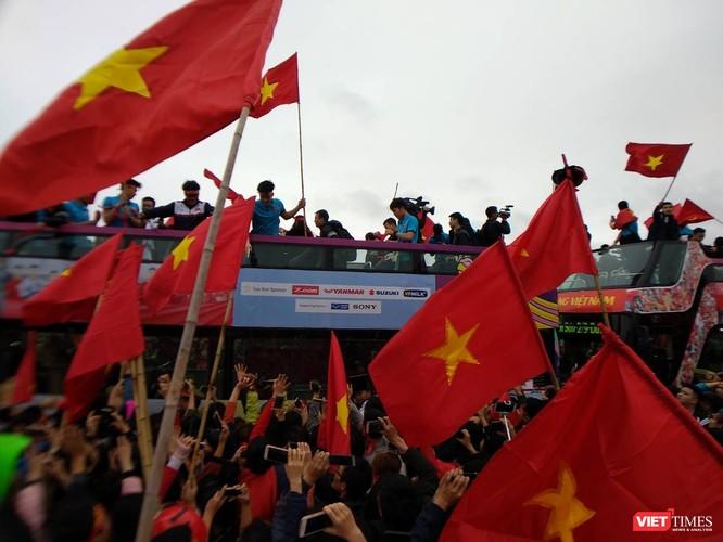 Hàng vạn người đội mưa rét, đứng dọc 30km đón mừng U23 Việt Nam ảnh 38