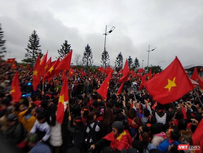 Hàng vạn người đội mưa rét, đứng dọc 30km đón mừng U23 Việt Nam ảnh 39