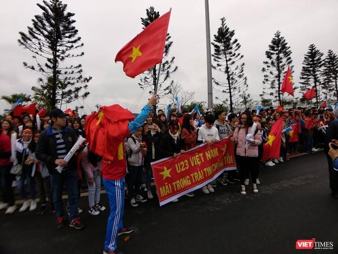 Hàng vạn người đội mưa rét, đứng dọc 30km đón mừng U23 Việt Nam ảnh 4