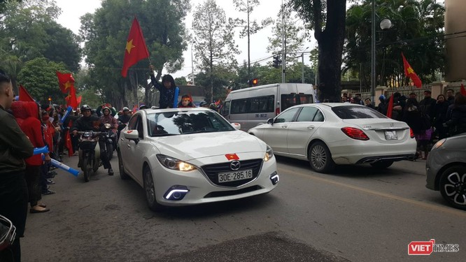 Hàng vạn người đội mưa rét, đứng dọc 30km đón mừng U23 Việt Nam ảnh 40