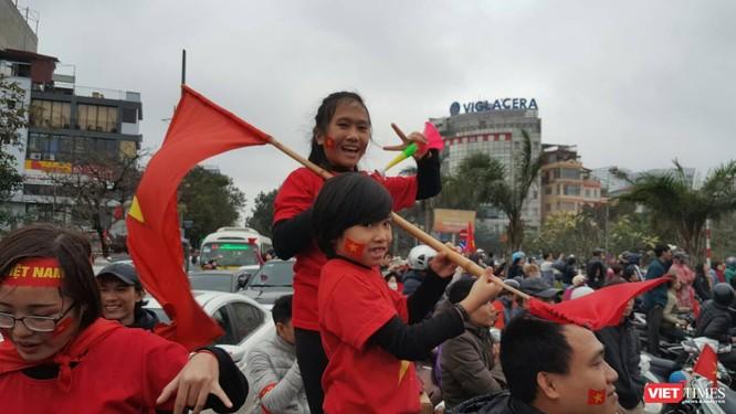 Hàng vạn người đội mưa rét, đứng dọc 30km đón mừng U23 Việt Nam ảnh 41