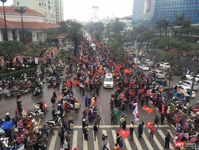 Hàng vạn người đội mưa rét, đứng dọc 30km đón mừng U23 Việt Nam ảnh 43