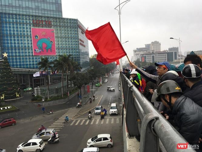 Hàng vạn người đội mưa rét, đứng dọc 30km đón mừng U23 Việt Nam ảnh 44