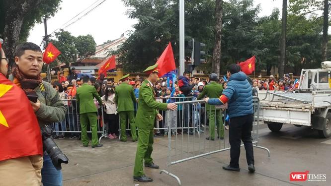 Hàng vạn người đội mưa rét, đứng dọc 30km đón mừng U23 Việt Nam ảnh 45
