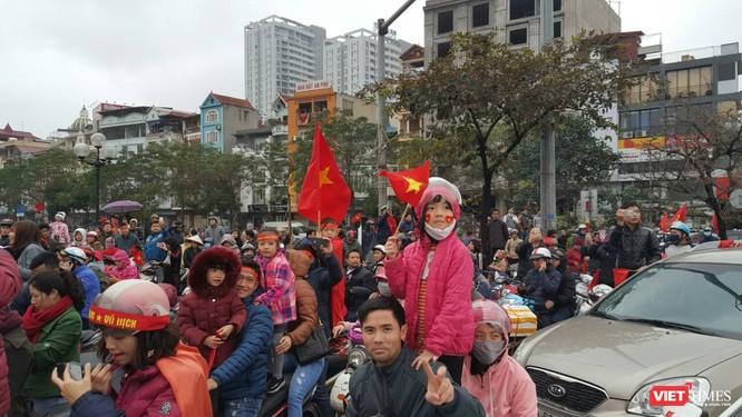 Hàng vạn người đội mưa rét, đứng dọc 30km đón mừng U23 Việt Nam ảnh 42