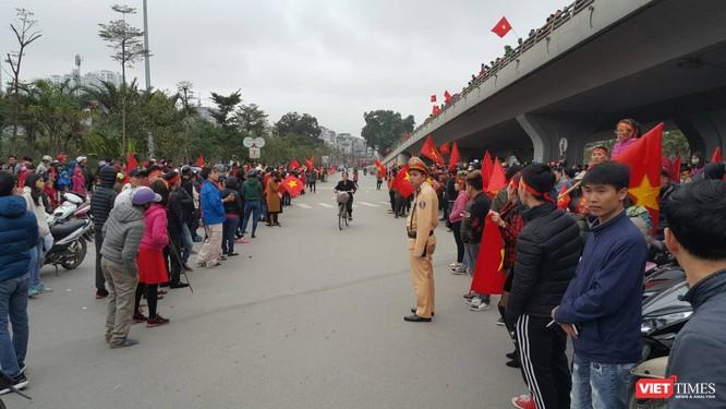Hàng vạn người đội mưa rét, đứng dọc 30km đón mừng U23 Việt Nam ảnh 46