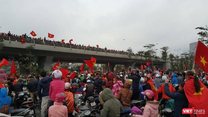 Hàng vạn người đội mưa rét, đứng dọc 30km đón mừng U23 Việt Nam ảnh 47