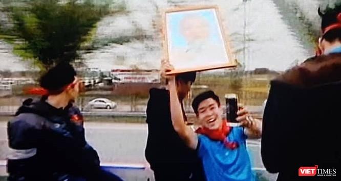 Hàng vạn người đội mưa rét, đứng dọc 30km đón mừng U23 Việt Nam ảnh 49