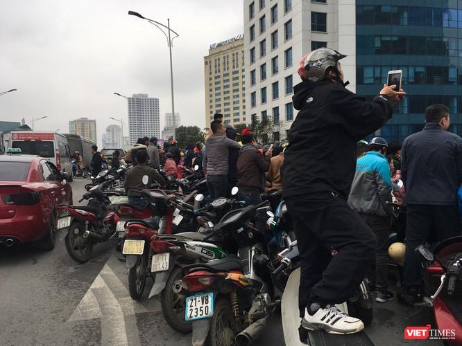 Hàng vạn người đội mưa rét, đứng dọc 30km đón mừng U23 Việt Nam ảnh 53