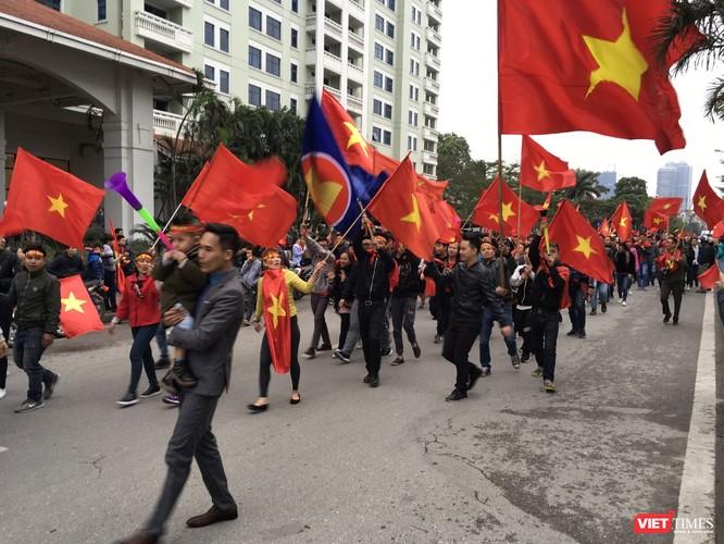 Không chỉ cờ Việt Nam tung bay đỏ rục buổi chiều nay, cờ ASEAN cũng tung bay trong gió. Vinh quang này không chỉ của dân tộc Việt Nam mà là thành tích chung của khối ASEAN.